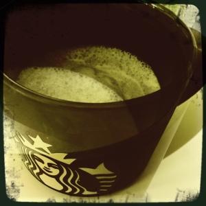 Juon töissä kahvini tästä ihanasta Starbucksin mukista - kaadoin siten siis matchalattenkin tähän. Juoman tosiaan hain Théhuoneesta.